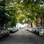 zaparkowane samochody na ulicy